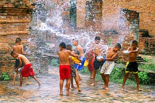 Enfants s'arrosant au festival du songkran