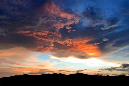Soleil eclairant le dessous des nuages