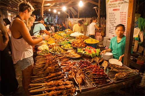 vendeurs de nourriture dans rue a Chiang Mai