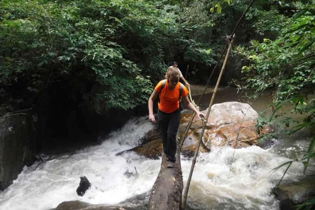 Traversée d'une rivière pendant un trek