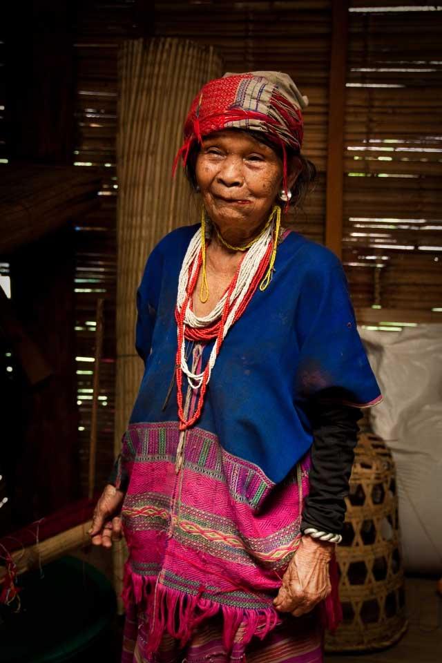 Vieille femme Karen rencontrée durant un trek dans le nord de la Thaïlande