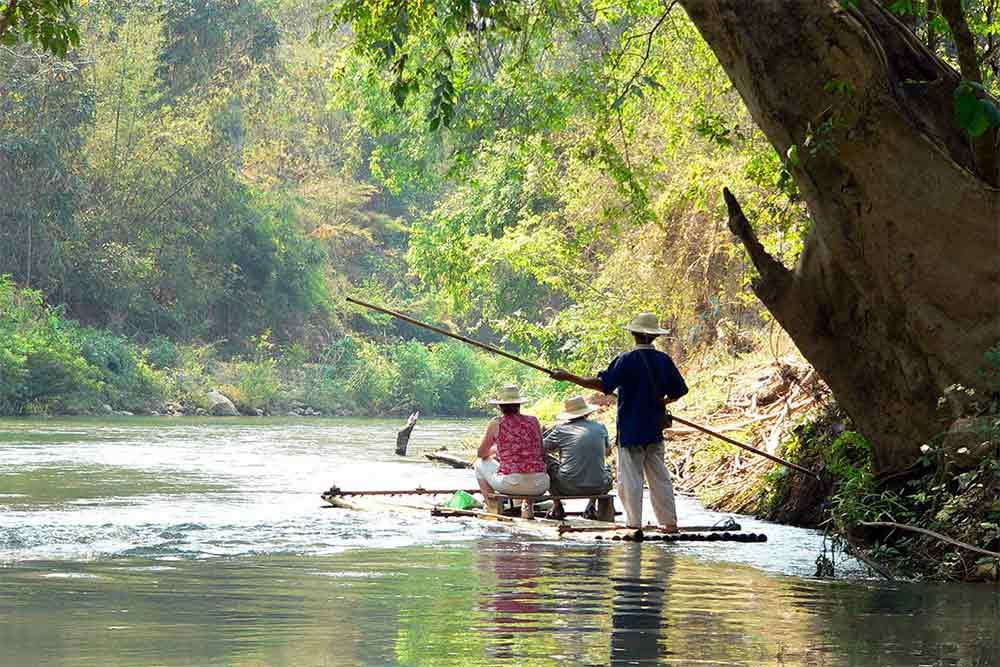 Descente de la rivière kok en radeau de bambou